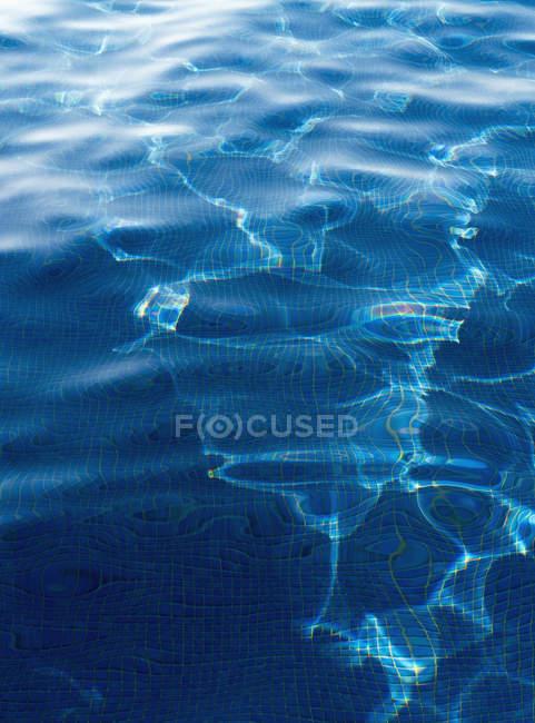 Erhöhte Ansicht des Wassers im pool — Stockfoto