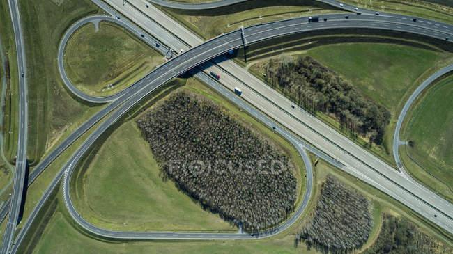 Luftbild der Autobahnen im Feld an sonnigen Tag — Stockfoto