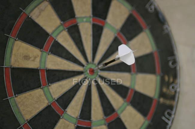 Dartboard con freccia dardo nel punto centrale — Foto stock