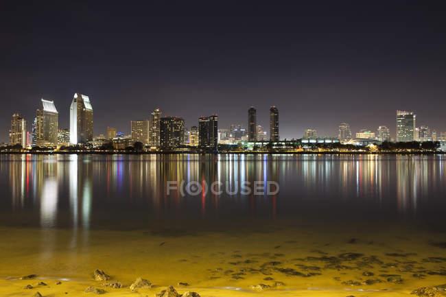 Skyline de San Diego iluminada vista desde la otra orilla - foto de stock