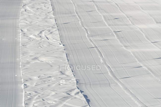 Высокий угол обзора свежеухоженных вельветовых покрытий лыжни — стоковое фото
