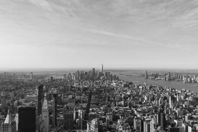 Manhattan am Fluss gegen den Himmel vom Empire State Building aus gesehen, New York City, New York, USA — Stockfoto