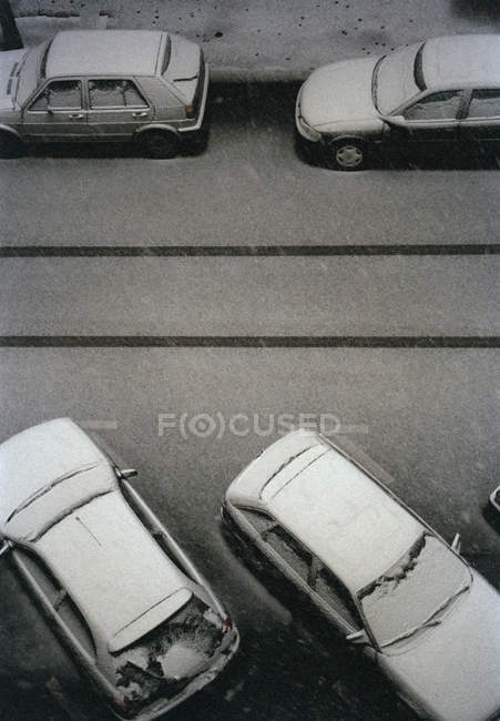 Acima vista de quatro carros cobertos de neve, estacionado na rua — Fotografia de Stock