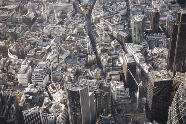 Полный вид с воздуха на городские здания — стоковое фото