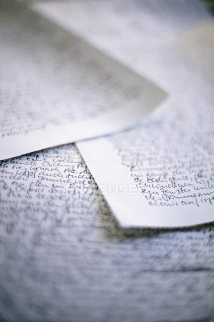 Vue rapprochée des papiers avec texte manuscrit — Photo de stock