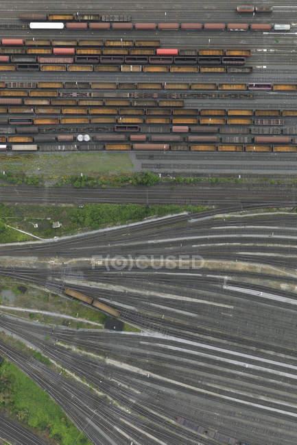 Vue aérienne des wagons de marchandises industriels sur les voies ferrées — Photo de stock