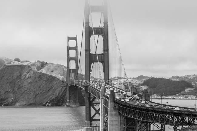 Veduta del Golden Gate Bridge sulla baia d'acqua contro la montagna, San Francisco, California, USA — Foto stock