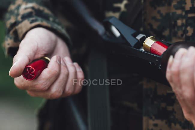 Mittelteil der Jäger mit Gewehr und Patronen — Stockfoto