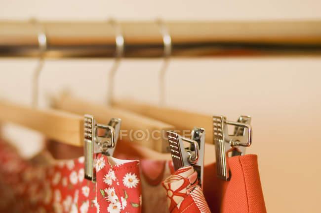 Крупним планом подання спідниці висить на одяг стійку — стокове фото
