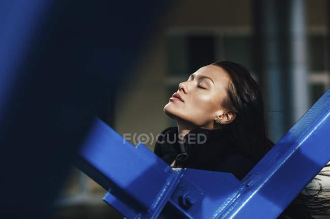 Самотність жінка з очі закриті металеві перила сонячний день — стокове фото