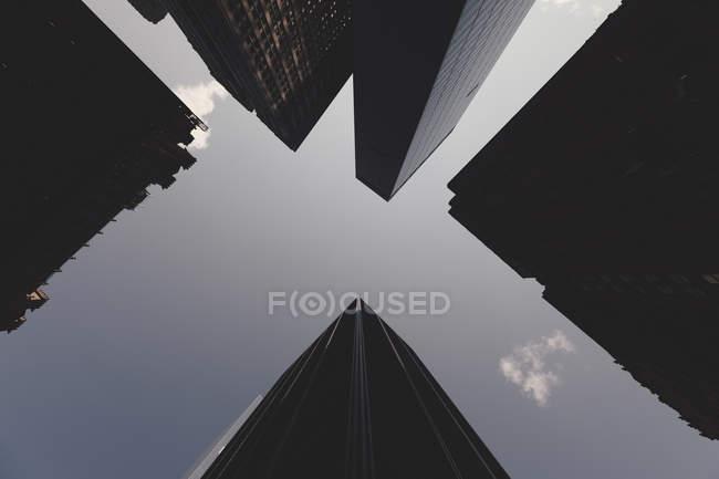 Vista dal basso del grattacielo torri contro il cielo — Foto stock