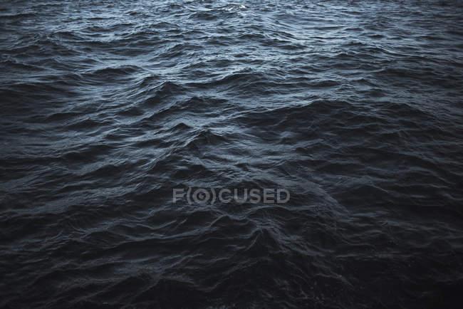 Полный кадр волнистой поверхности моря — стоковое фото