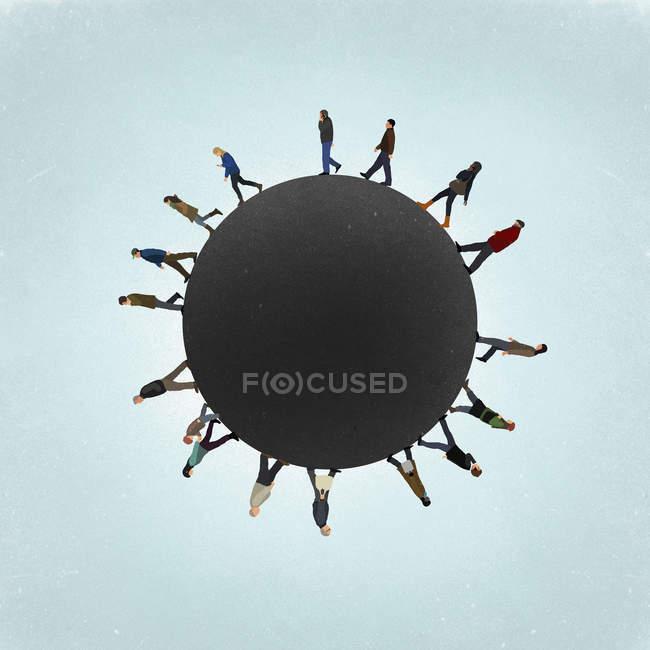 Petite image de la planète de personnes marchant sur le terrain contre le ciel — Photo de stock