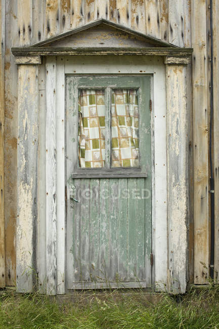 Vista exterior de la puerta de madera antigua - foto de stock