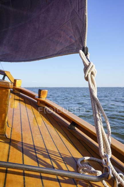 Elemento di coltura della tradizionale barca da pesca tedesca in mare — Foto stock