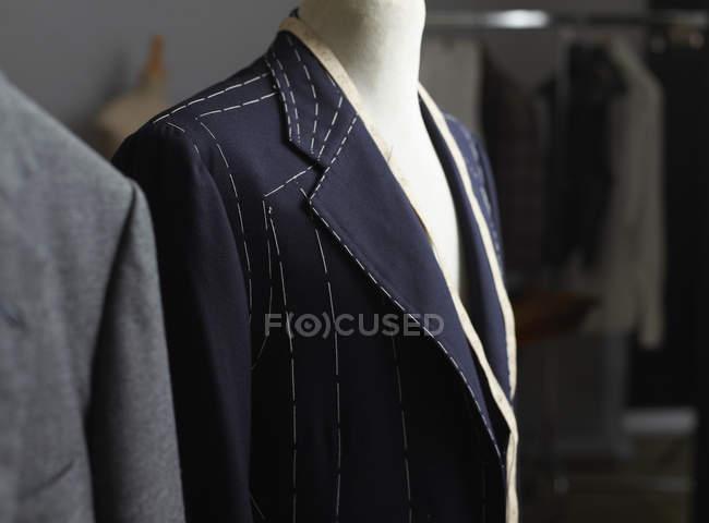 Giacca con motivo cucito su manichino sarti nello studio di design — Foto stock