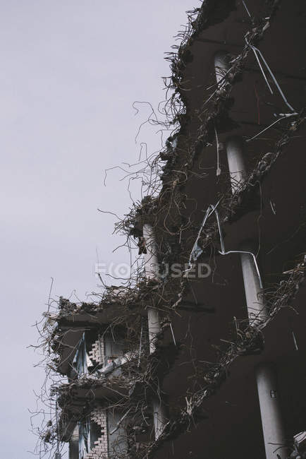 Inquadratura dal basso della facciata edificio demolito — Foto stock