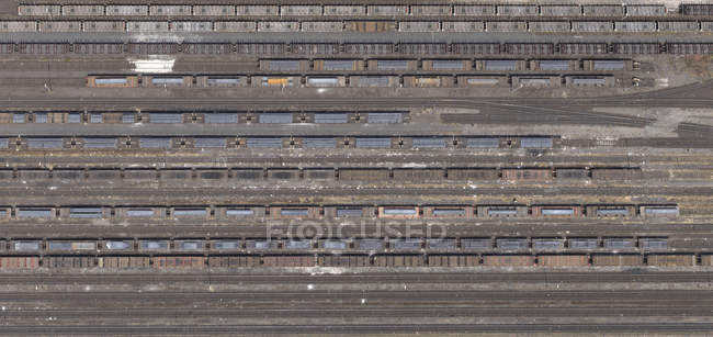 Аэрофотоснимок треков и вагонов грузового поезда — стоковое фото