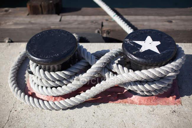Крупним планом вид на мотузці прив'язані до двох тумб — стокове фото