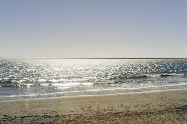 Vue panoramique de soleil réfléchissant mer contre clear sky — Photo de stock