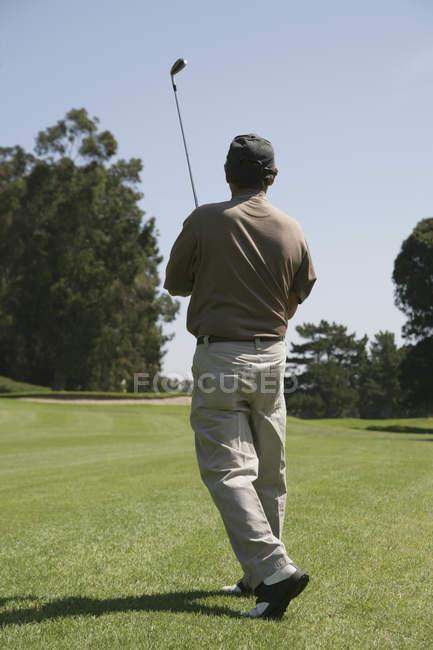 Rückansicht des Golfers nach Schlag auf Ball — Stockfoto