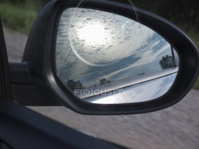 Seitenspiegel spiegelt malerische Wolkenlandschaft wider — Stockfoto