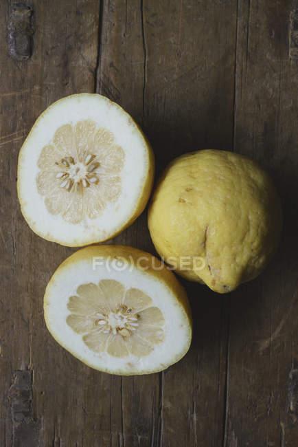 Directamente sobre la captura de partes de limón sobre la mesa de madera - foto de stock
