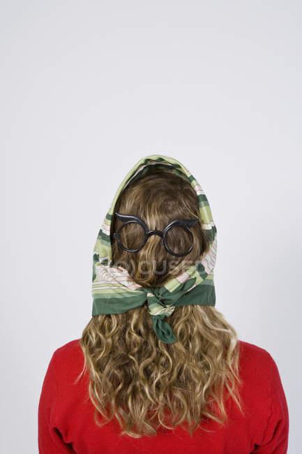 Вид сзади женщины с очки и шарф на волос — стоковое фото