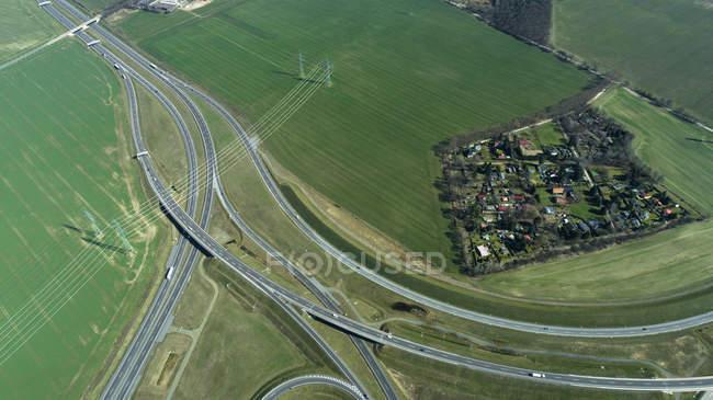 Veduta aerea delle autostrade che passano per la città in campo — Foto stock