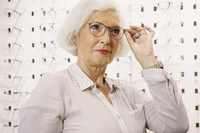 Senior woman wearing eyeglasses at store — Stock Photo