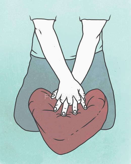 Meados seção de pessoa realizando Cpr no coração em forma de almofada — Fotografia de Stock