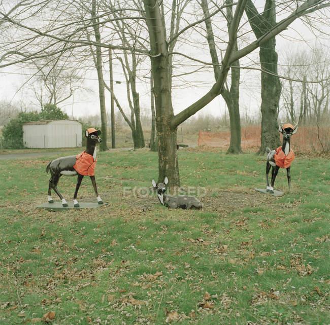 Zwei gefälschte Reh im Jagdbekleidung Baum auf Land geordnet — Stockfoto
