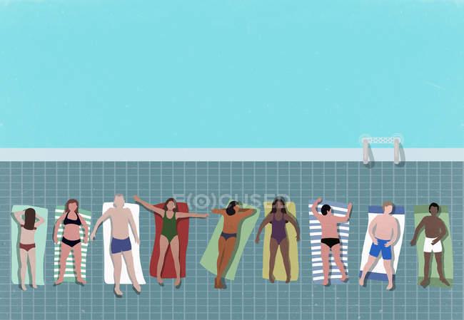 Высокий угол обзора людей, расслабляющихся у бассейна — стоковое фото