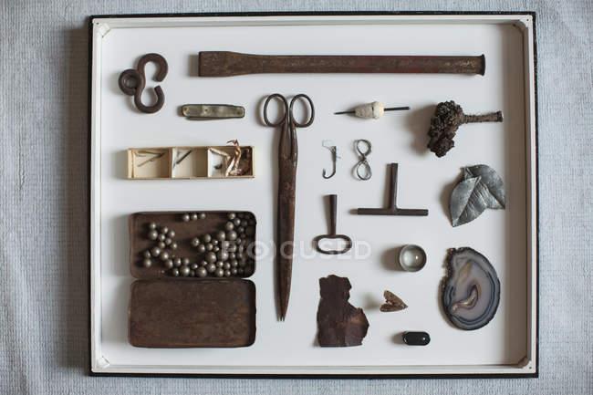 Directement au-dessus de voir de vieux objets sur plateau — Photo de stock