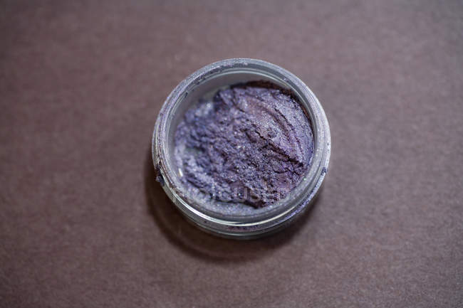 Close up view of jar with eye shadow — Stock Photo