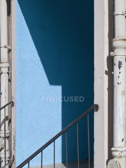 Dettaglio di costruzione esterno con ombra sulla parete blu — Foto stock