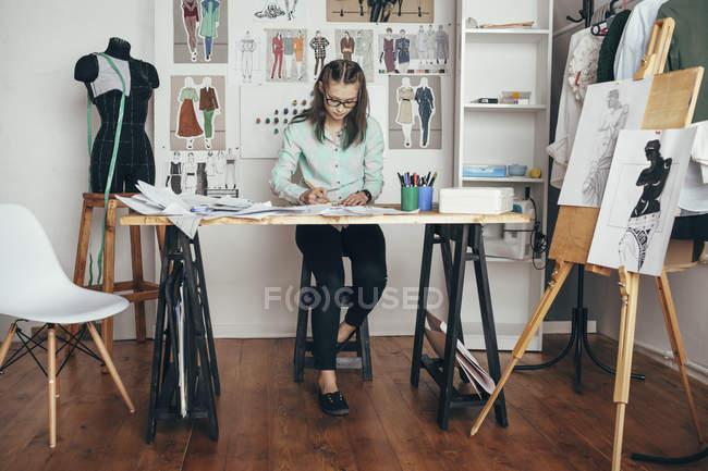 Designerin arbeitet an Werkbank im Atelier — Stockfoto