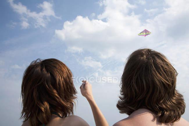 Vista traseira da asa voadora do casal no céu claro — Fotografia de Stock