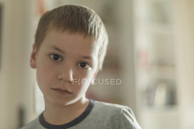 Retrato de menino com cabelo castanho em casa — Fotografia de Stock