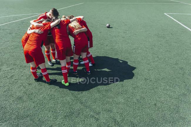 Vista de alto ângulo de jogadores de futebol que se aglomeram em campo — Fotografia de Stock