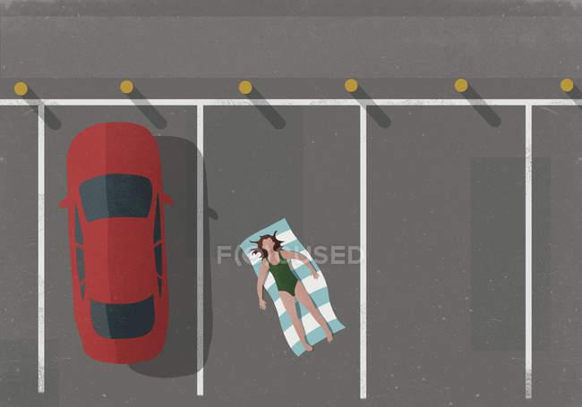 Vista de alto ângulo da mulher tomando banho de sol de carro no estacionamento — Fotografia de Stock
