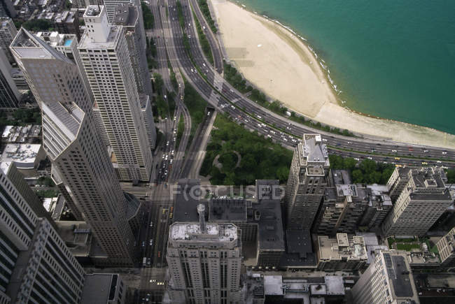 Vista aérea de los tejados de los rascacielos del centro de la ciudad - foto de stock