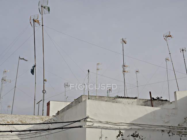 Antenne televisive sugli edifici contro il cielo limpido — Foto stock