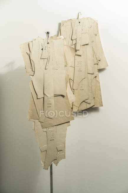 Образцы моды висят на белой стене в дизайнерской студии — стоковое фото