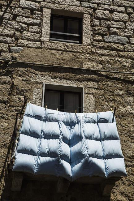 Vogelperspektive anzeigen Bettdecke Trocknen auf der Wäscheleine auf Fensterbank — Stockfoto