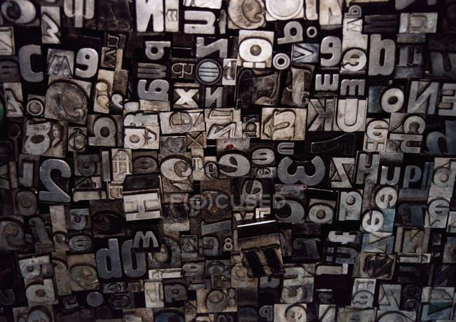 Полный кадр выстрел различных металлических букв и цифр — стоковое фото