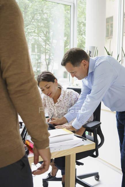 Бізнесмен, обговорюючи з жінка-Співробітниця у творчих office — стокове фото