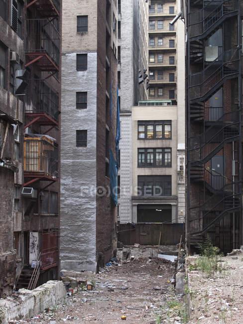 Внешний вид потрепанный дворе многоквартирных домов — стоковое фото