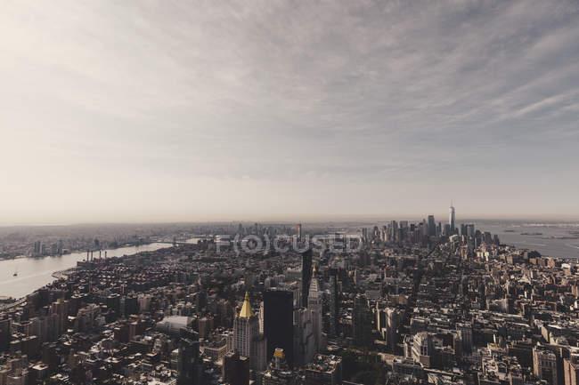 Повітряні міський пейзаж острова Манхеттен хмарочосів — стокове фото