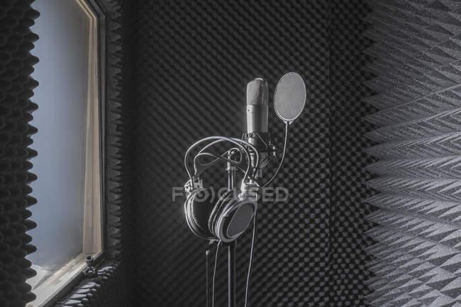 Close-up di cuffie su supporto per microfono in studio di registrazione insonorizzate — Foto stock
